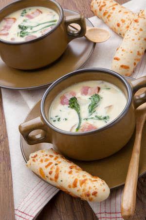 gressins: Close up de Soupe crémeuse Chowder Broccoli avec balise, pomme de terre, et le brocoli. gressins Cheddar de romarin.