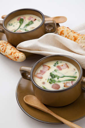 gressins: Close up of creamy Broccoli Chowder Soup with beacon, potato, and broccoli. Cheddar rosemary breadsticks. Banque d'images