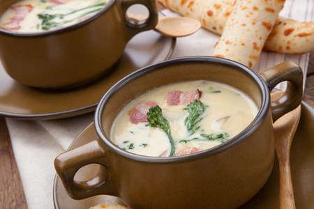 gressins: Close up de Soupe cr�meuse Chowder Broccoli avec balise, pomme de terre, et le brocoli. gressins Cheddar de romarin.