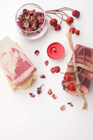 Spa-Set - handgemachte rosa Bio-Seife, getrocknete Rosenblüten und Hagebutten. Am besten geeignet für entspannende und Gesundheit Werbung.