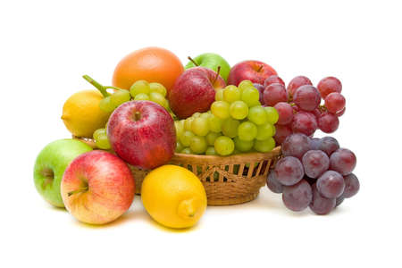 corbeille de fruits: fruits frais dans un panier isol� sur blanc close-up Banque d'images
