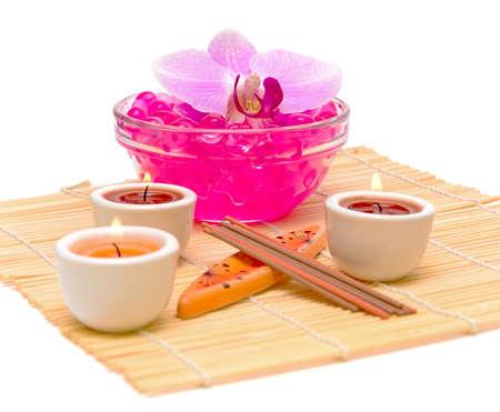 Spa concept - orchidées, bougies et bâtons d'encens sur un fond blanc