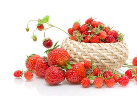 fraise: Les Fraises sauvages dans un panier en osier et agrandi fraises sur fond blanc