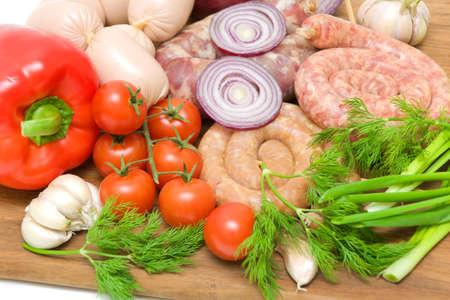 diferentes carnes, verduras frescas y hierbas frescas de cerca en la tabla de cortar de madera Foto de archivo - 17534615