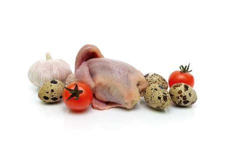 canal de codorniz, verduras y huevos sobre un fondo blanco. foto horizontal Foto de archivo