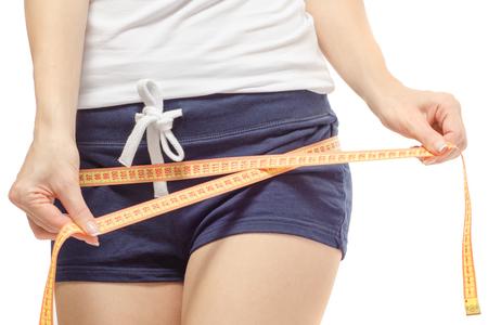 여자는 흰색 배경 격리에 체중 슬림 센티미터를 잃게