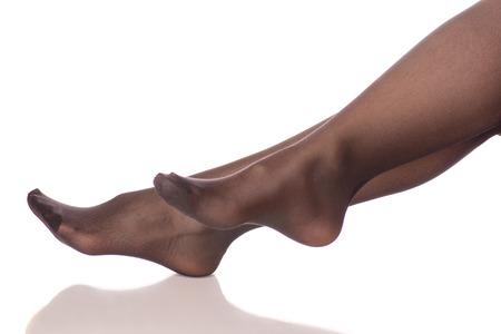 女性の足黒いストッキングタイツは、白い背景の分離に