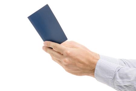 白い背景の分離にパスポートで男性の手