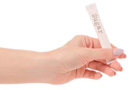 Bastone della mano femminile dello zucchero bianco isolato sull'isolamento bianco del fondo Archivio Fotografico - 91908251