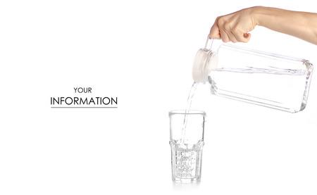 Un bicchiere d'acqua una brocca decanter con acqua in mano modello su uno sfondo bianco di isolamento