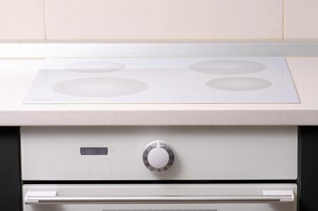 En la cocina, el diseño interior de la encimera del horno.