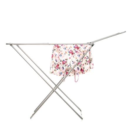 Der Wäscheständer mit sauberer Kleidung isoliert auf weißem Hintergrund.