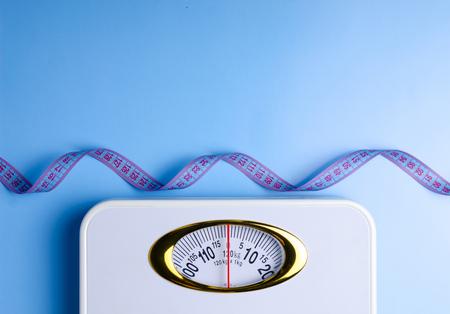 Échelle de pesée centimètre sur fond bleu, vue de dessus à plat Banque d'images