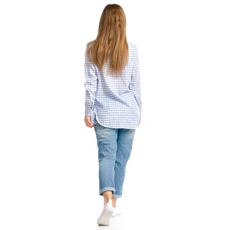 Frau in Blue Jeans und Hemd geht isoliert auf weißem Hintergrund, Rückansicht