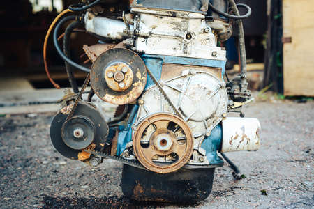 Close-up of an old engine removed from the car and lying near the garage. 版權商用圖片 - 141694710