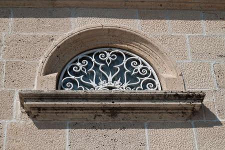 rejas de hierro: vendimia forjado barras de hierro en la ventana