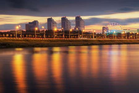 vue de la ville de nuit reflétant dans l'eau