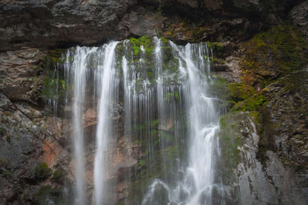 water flows from the waterfall flowing down the rock close-up 免版税图像