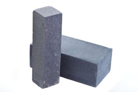 Longues briques en céramique grises au fond blanc, d'isolement Banque d'images