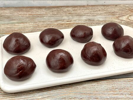 CHOCOLATE BALLS MADE OF DOUGH ARE READY TO MAKE CHOCOLATE COOKIES, Banque d'images