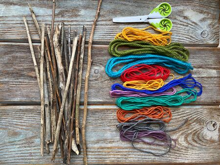 The set is ready for needlework with natural materials, dry sticks and yarn. Фото со стока - 147264402