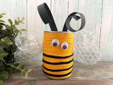 children's master class bee from pencil holders Standard-Bild