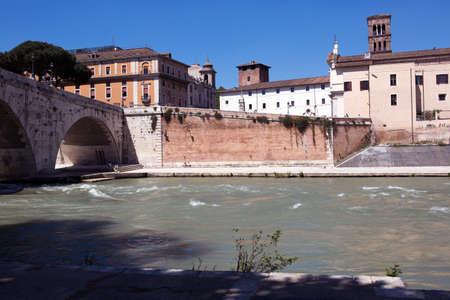 tiber: El r�o T�ber y edificios antiguos en Roma, Italia