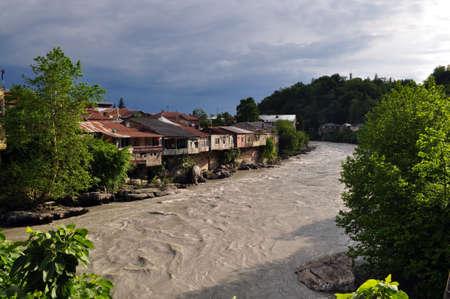 kutaisi: vista dei Rioni fiume dal ponte jachvis Il vecchio quartiere di Kutaisi Archivio Fotografico