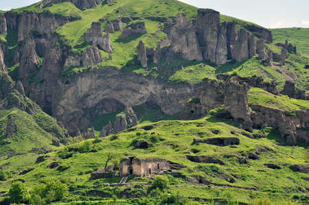 山の斜面や遺跡。ゴリスに位置する、アルメニアの郊外