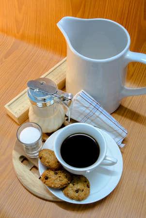 Tasse Kaffee und Fr�hst�ck auf dunklem Hintergrund