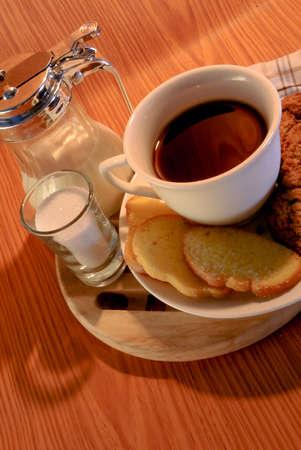Kaffeetasse und Fr�hst�cks auf dunklem Hintergrund