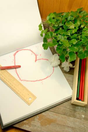 Hand zeichnen Stil Herzform in roter Farbe auf Skizzenbuch