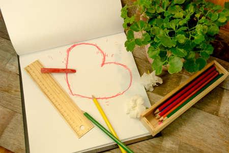 Handbetrag Stil Herzform in roter Farbe auf Skizzenbuch Lizenzfreie Bilder