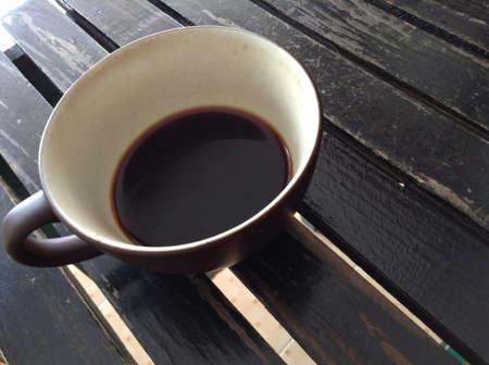 Kaffee-Tasse auf Holztisch