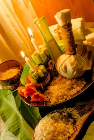 Wellness-Massage-Einstellung bei Sonnenuntergang mit Kerzenlicht Lizenzfreie Bilder
