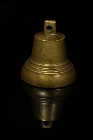 amarillo y negro: campana de color amarillo sobre un fondo negro con la reflexión Foto de archivo