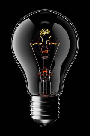 Glühende 3D-Glühbirne mit dem Filament in Form eines Kopfes und eines Gehirns, isoliert auf schwarzem Hintergrund mit