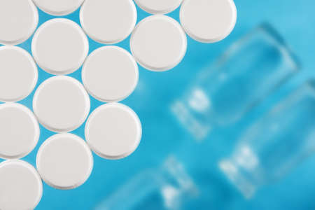 Moderne weiße medizinische Pillen auf medizinischem Hintergrund Standard-Bild - 71748005