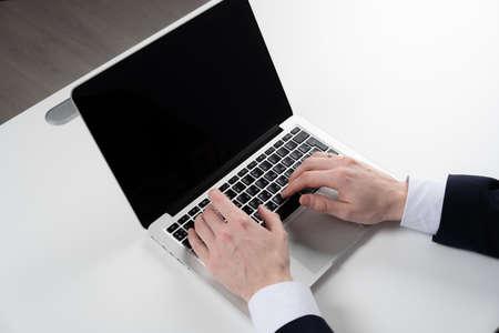 homme travaillant avec un ordinateur portable, mains de l'homme sur un ordinateur portable, homme d'affaires sur le lieu de travail