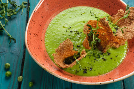 Cream of green pea soup decorated with edible chips Stockfoto - 131752814