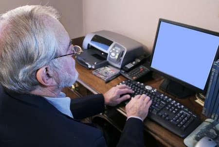 컴퓨터에서 작업하는 비지니스 맨