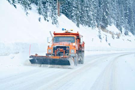 plowing: Snow arado eliminar la nieve de la carretera de monta�a