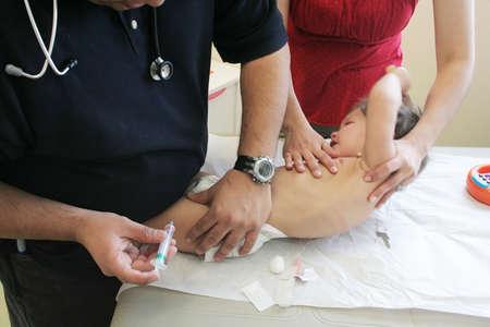 meningococcal: Conseguir un ni�o de corta edad de vacunaci�n  Foto de archivo