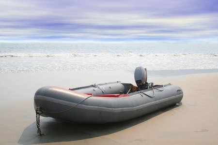 Encallado barco inflable con las olas del mar de fondo Foto de archivo - 2772607
