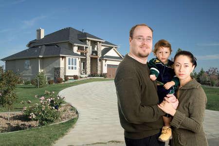 함께 명품 가정 앞에 서있는 젊은 가족