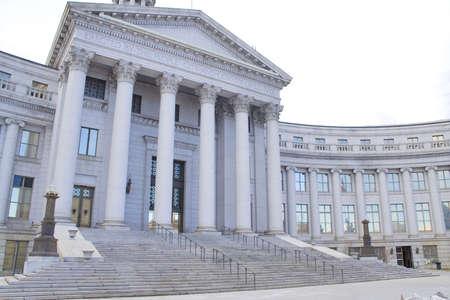 County rechter met oude stijl architectuur en pijlers Stockfoto