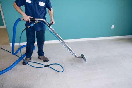 personal de limpieza: Profesionales de vapor limpiador de alfombras aspirar un hogar Foto de archivo