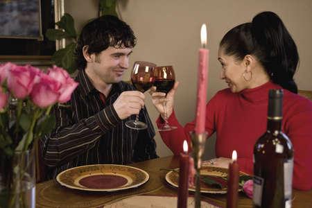 diner aux chandelles: Un jeune couple ayant un d�ner romantique, lumi�re de bougie
