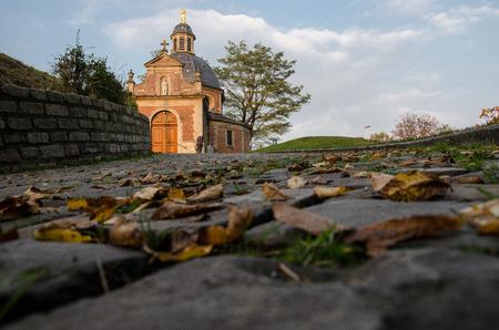 Chapelle au sommet d'une colline, à Grammont, en Belgique. Point de vue au sol