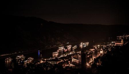 Bateaux de croisière sur le Rhin, la nuit, à Oberwesel, Allemagne